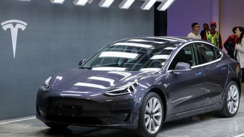 Tesla, le fabricant américain de voitures électriques, va livrer dès ce mois-ci en Europe, des véhicules qui viennent de Shanghaï. Ce n'était pas prévu. Pourquoi ce changement? Le décryptage de Fanny Guinochet.