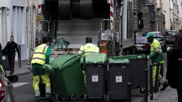 Des éboueurs en train de collecter les ordures ménagères (photo d'illustration).