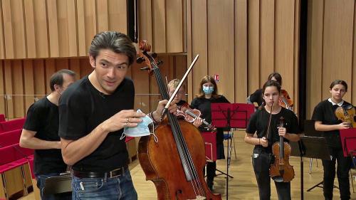 Gautier Capuçon accomplit son nouveau rôle d'ambassadeur d'Orchestre à l'Ecole et joue avec des jeunes musiciens