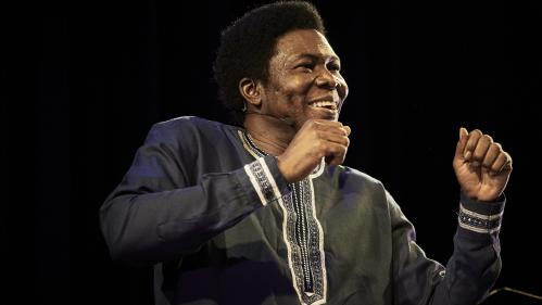 """Image de couverture - """"Traces, discours aux nations africaines"""" : un appel galvanisant à la jeunesse par la voix du conteur Etienne Minoungou à Avignon"""