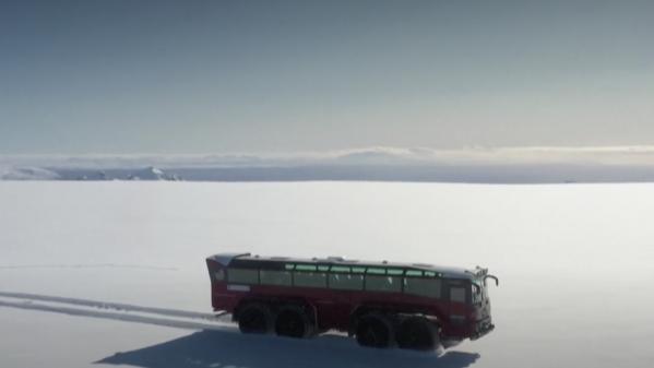 Islande : un bus géant à la conquête du glacier Langjökull
