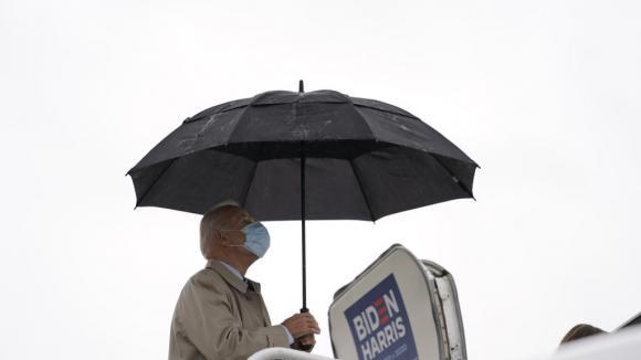 Le candidat Joe Biden à l\'aéroport de New Castle dans le Delaware le 29 octobre 2020.