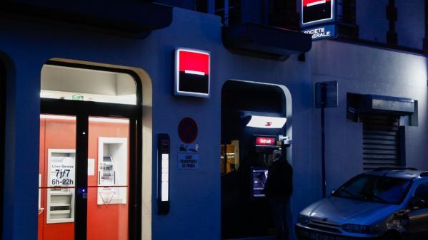 Une étude dévoilée s'intéresse aux découverts bancaires. Paul-Luc Monnier, journaliste France Télévisions, la décrypte sur le plateau du journal de 13 Heures, mardi 1er décembre.