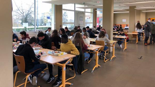 """""""Ce n'est pas aussi dense qu'il y a dix jours"""" : les lycées se réorganisent en demi-groupes pour lutter contre le Covid-19"""