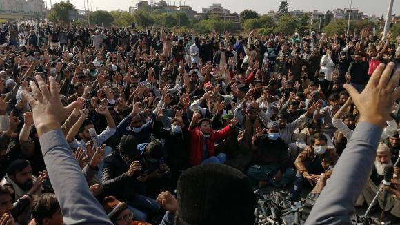Des militants et des partisans du Tehreek-e-Labbaik Pakistan (TLP), un parti religieux, crient des slogans lors d\'une manifestation anti-France à Islamabad, le 16 novembre 2020.