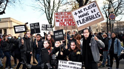 Loi sécurité globale : des milliers de manifestants protestent contre l'article 24