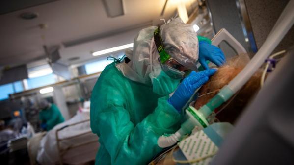 """Des premiers """"clusters"""" en février 2020 au confinement en passant par la fermeture des restaurants.Retour sur la chronologie française de la gestion de l'épidémie de coronavirus."""