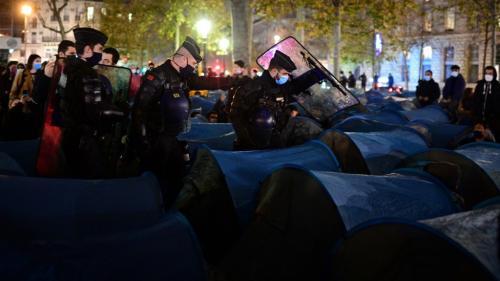 """Gérald Darmanin a demandé un """"rapport circonstancié"""" au préfet de police alors que plusieurs centaines de migrants ont été évacués par les forces de l'ordre, lundi soir, place de la République."""