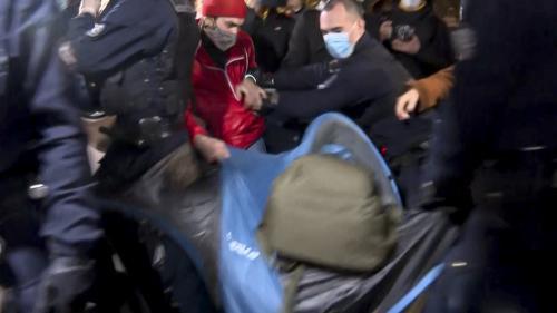 Insupportable, hallucinant... Les réactions politiques se multiplient après l'évacuation de migrants place de la République, à Paris