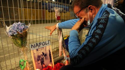 A Naples, les supporters pleurent Maradona :