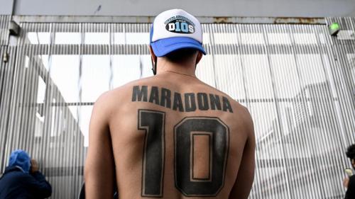 En dehors des terrains, Maradona, l'icône romanesque