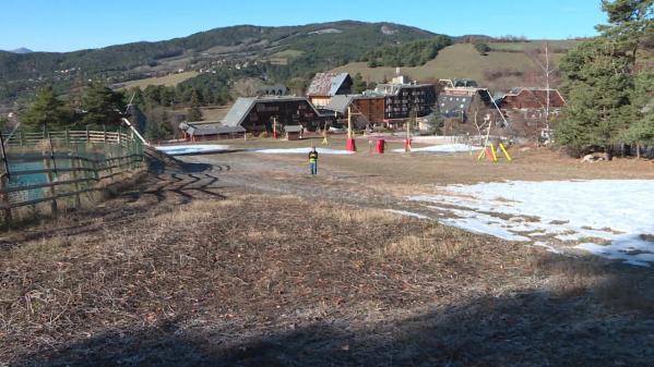 Privée de ski, cette station des Alpes adapte son activité pour accueillir les touristes