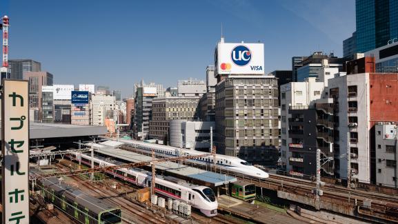 Trenes que salen de Tokio, incluido el tren bala Shinkansen.