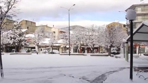 Eurozapping: abondantes chutes de neige en Grèce, double greffe des bras pour un Islandais