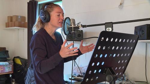 Image de couverture - L'ancienne candidate de la Star Academy, Anne-Laure Sibon prépare un nouvel album dans son studio du Tarn