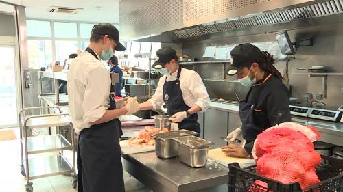 """Avec la crise sanitaire, le concept de """"dark kitchen"""" a essaimé en France ces derniers mois. Des restaurants qui n'existent que sur le net et qui sont entièrement dédiés à la livraison à domicile. Exemple dans l'une de ces """"cuisines fantômes"""" à Toulouse. #IlsOntLaSolution"""