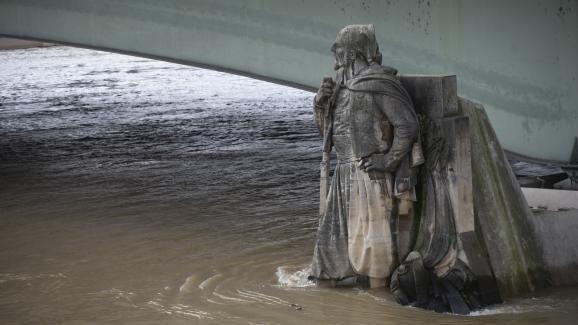 5 février à Paris.La Seine déborde à Paris et maintient la capitale en alerte. Le niveau de l\'eau a augmenté de plus de quatre mètres par rapport à sa hauteur normale ces derniers jours. Le Zouave du Pont de l\'Almaest toujours un bon indicateur des crues du fleuve.