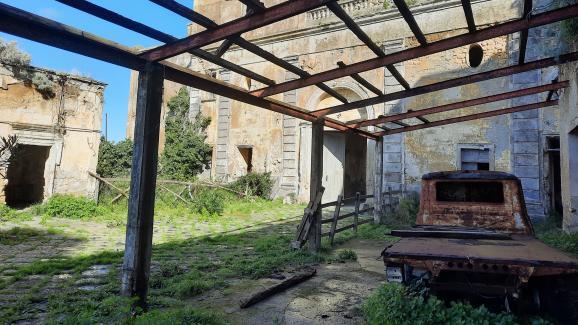 L'ingresso al Palazzo Avalos sull'isola di Procida, situato nel Golfo di Napoli.