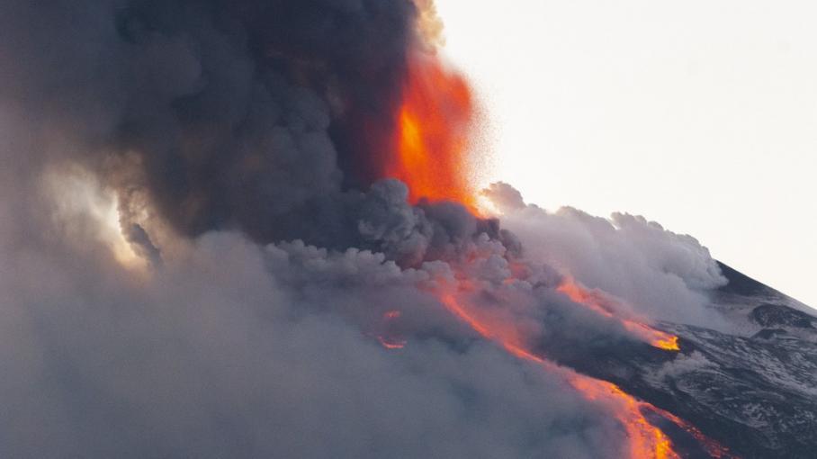 Photo Hebdo : l'Etna en éruption, une ballerine sur la glace et un barbecue sur la lune