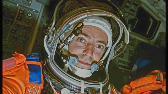 Considerar una misión humana a Marte presupone una selección y entrenamiento especiales de astronautas.  Primera selfie desde el espacio, del astronauta Jean-François Clervoy, el 14 de noviembre de 1994, cuando el transbordador espacial volvió a entrar en la Tierra.