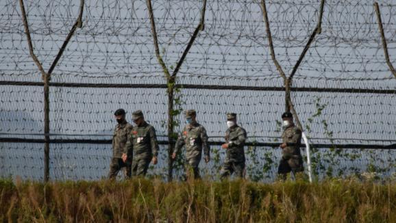 Des soldats sud-coréens patrouillent le long de la zone démilitarisée (DMZ) sur la côte entre la Corée du Nord et la Corée du Sud, le 6 octobre 2020