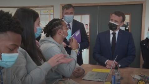 Formation professionnelle : en déplacement à Stains, Emmanuel Macron veut développer le mentorat pour les jeunes