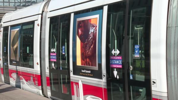 Privés de visiteurs depuis quatre mois, les musées lyonnais ont répondu favorablement à la proposition des TCL, gestionnaire des transports en commun dans la métropole, d'organiser une exposition sur le réseau. Dans les trams ou à leurs arrêts, une soixante de photos d'œuvres sont affichées pour le plus grand plaisir des usagers. #IlsOntLaSolution