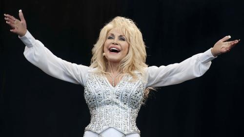 Image de couverture - Covid-19 : l'icône country Dolly Parton prône la vaccination en chanson et reçoit sa dose