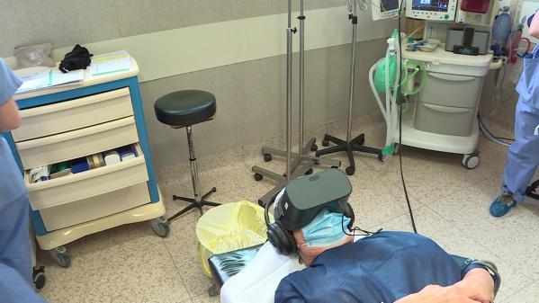 C'est une solution technologique de plus en plus utilisée par les hôpitaux. Grâce à un casque et des écouteurs, les malades sont immergés dans un univers apaisant qui les aide à évacuer le stress de l'intervention. #IlsOntLaSolution