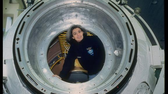 Claude-Andre Desches, esposa de Henry, científico, astronauta y político francés, presidente de la Universidad de París entre 2010 y 2015, luego asesor del Director General de la Agencia Espacial Europea.  Aquí, entrenando en la Estación Espacial Internacional de Moscú en 2000.