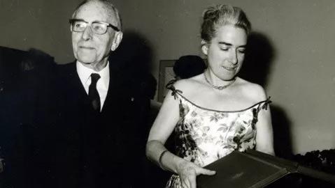 Marthe Gauthier y el profesor Debre en 1971. En 1959, un científico francés descubrió el cromosoma extra responsable de la trisomía 21.