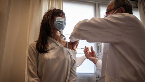 Covid-19 : face à l'accélération soudaine de la campagne de vaccination,  les médecins libéraux naviguent entre