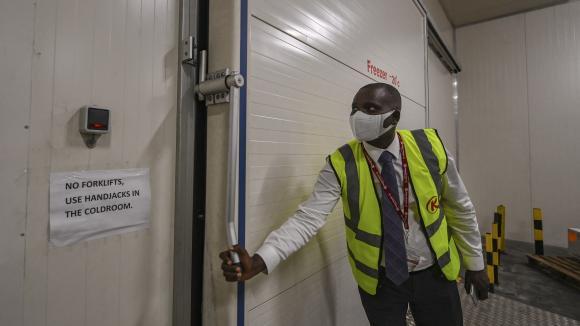 Peter Musola, responsable du fret à l\'aéroport international de Nairobi (Kenya), le 11 février 2021 devant la chambre froide où les doses de vaccins pourraient être stockées.