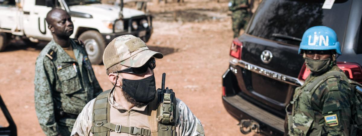 Un soldat de la Minusca, un agent de sécurité privé russe et un membre centrafricain de la garde présidentielle en mission conjointe à Bangui, le 27 décembre 2020, pour assurer la sécurité du président Faustin Archange Touadera.