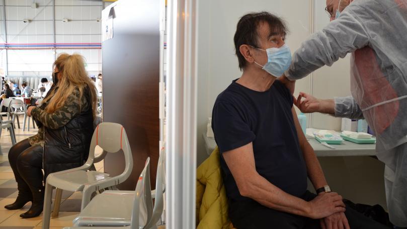 """Image de couverture - REPORTAGE. Covid-19 : au vaccinodrome de Toulouse, les """"pioupious"""" vaccinent leurs aînés avec """"l'espoir d'une vie meilleure"""""""