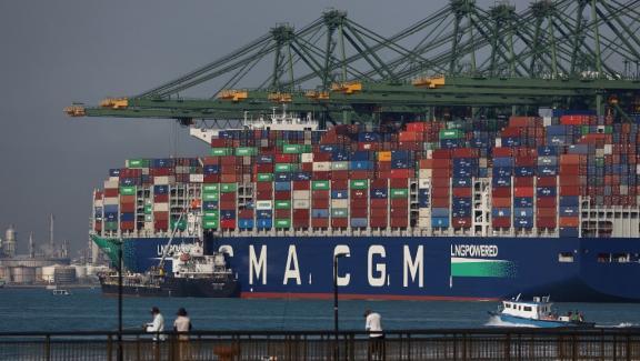 """6 Απριλίου 2021. Το CMA CGM είναι το μεγαλύτερο φορτηγό πλοίο στον κόσμο, """"Τζακ Σαντ """", Τροφοδοτείται από υγροποιημένο φυσικό αέριο, είναι εδώ στο σταθμό Basir Panjang της Σιγκαπούρης.  & nbsp;"""