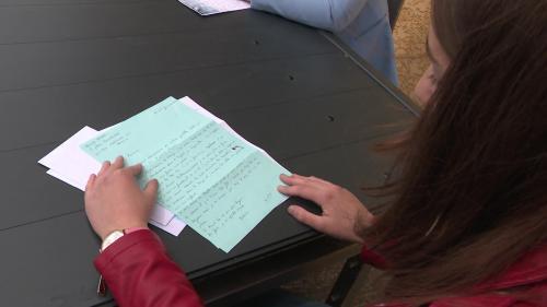 Une jeune fille de Brioude, en Haute-Loire, a eu l'idée de lancer des échanges épistolaires entre étudiants et personnes âgées. Aujourd'hui, une cinquantaine de jeunes prennent la plume pour écrire. Une correspondance régulière est née avec plusieurs Ehpadd'Auvergne. #IlsOntLaSolution