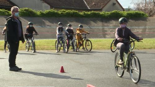 """L'opération """"permis de rouler à vélo"""" permet aux écoliers de CM1 de Cusset de se perfectionner à l'apprentissage de leur deux-roues préféré et d'apprendre le code de la route. Une politique en lien avec le développement des modes de transports doux. #IlsOntLaSolution."""