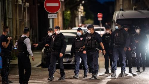 """""""Je crois qu'on a touché la cible"""", assure le syndicat des commissaires de police, après les interpellations liées à la mort d'un policier à Avignon"""