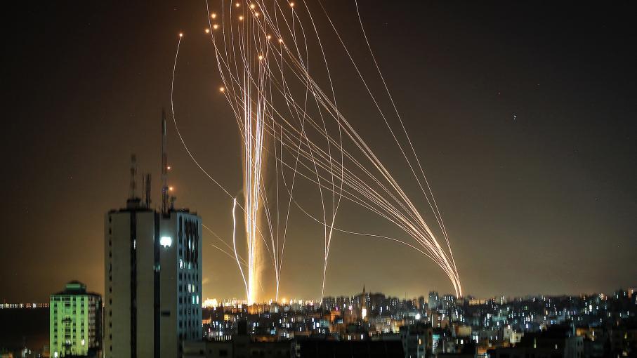 Israël-Palestine : pluie de roquettes vers Tel-Aviv, les frappes israéliennes sur Gaza font au moins 30 morts