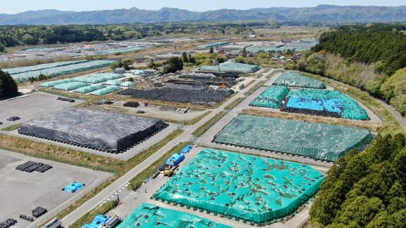 Image prise par un drone le 27 avril 2021 montrant le stockage provisoire de nombreux sacs de conteneurs flexibles, contenant du sol contaminé de Fukushima. Ils sont placés dans la ville d\'Okuma, préfecture de Fukushima.