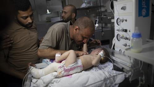 """VIDEO. """"Je n'ai plus que toi"""": à Gaza, un père et son bébé seuls rescapés d'une famille décimée par une frappe israélienne"""