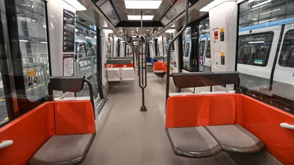 Innenarchitektur der neuen Pariser U-Bahnlinie 14 im Depot Saint-Ouen, die Saint-Lazare mit dem Rathaus von Saint-Ouen verbindet.  3. Dezember 2020 vor der Eröffnung.