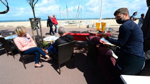 Avec 21°C dans la matinée, vendredi 17 septembre, les touristes sont de retour dans le bassin d'Arcachon (Gironde), attirés par la douceur de la météo. Cette arrière-saison ensoleillée fait le bonheur des hôteliers et restaurateurs.