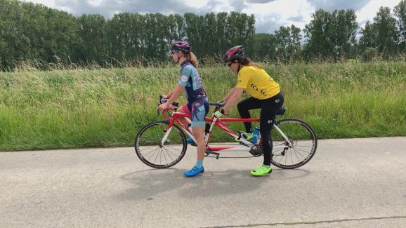 Laëtitia Bernard (à droite) et l\'une de ses accompagnatrices sur la route du Tour.