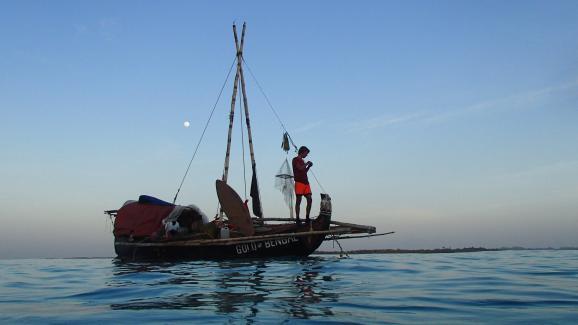 """Το καλοκαίρι του 2013, η Κόρινθος ντε Χατλεφέρων στέκεται πάνω στο σκάφος του """"Χρυσός της Βεγγάλης """"Η πλάκα 6,5 μέτρων είναι κατασκευασμένη εξ ολοκλήρου από φυσικές ίνες."""