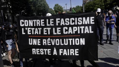 Selon le politologue Erwan Lecoeur, le paysage politique français est passé de l'affrontement de deux blocs gauche-droite à l'affrontement de trois blocs : extrême droite, centre libéral, gauche.