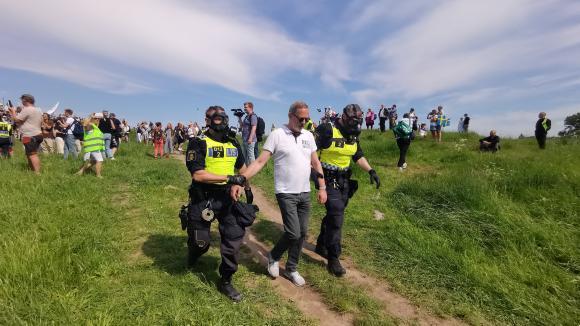 Des policiers suédois arrêtent un manifestant contre les restrictions sanitaires contre le Covid-19 à Stockholm le 6 juin 2021.