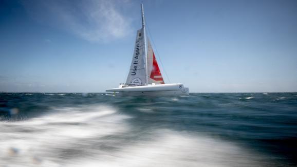 """Le trimaran de Romain Pilliard, \""""Use it again\"""" le 25 mai 2021 le long des côtes de la Trinité-sur-Mer."""