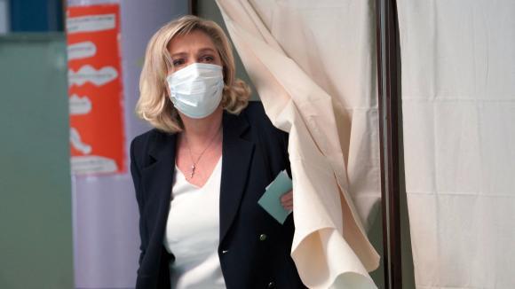 La présidente du Rassemblement national, Marine Le Pen, vote lors du premier tour des élections régionales et départementales, le 20 juin 2021 à Hénin-Beaumont (Pas-de-Calais).